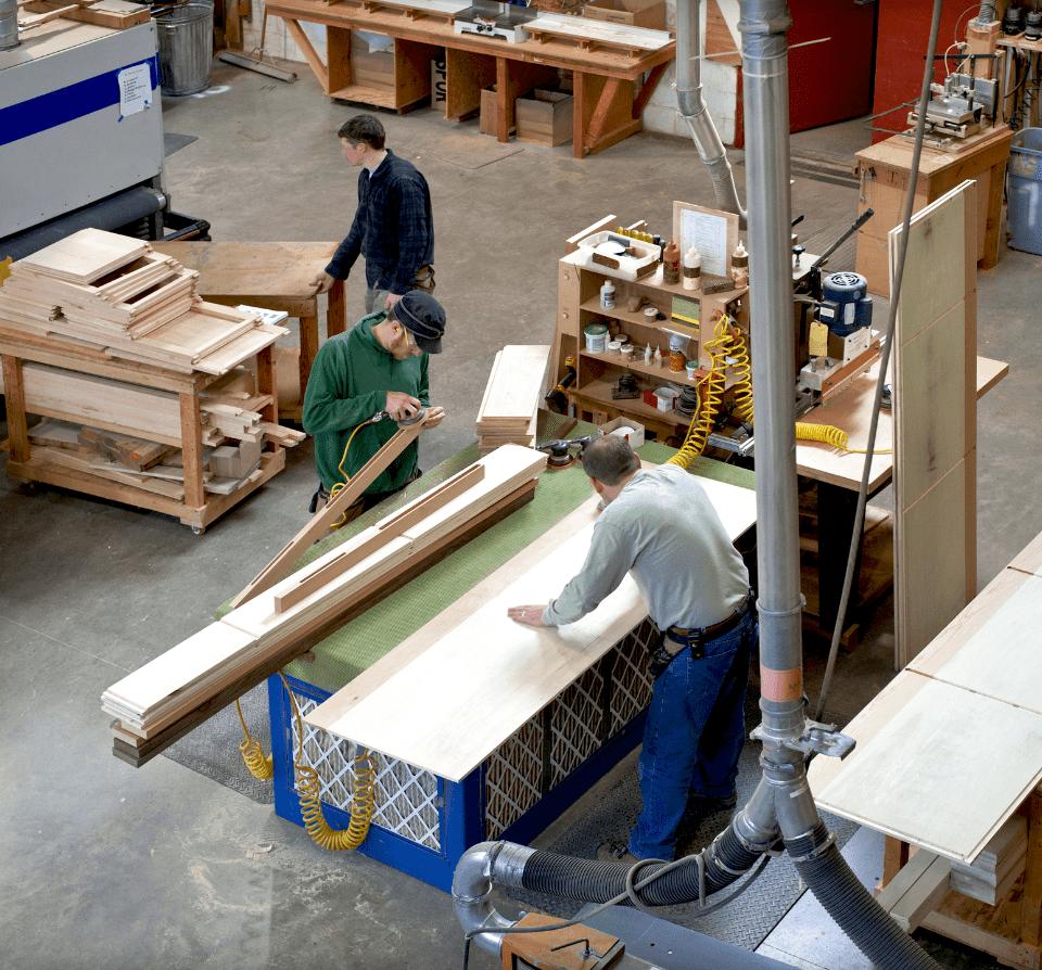 Mężczyźni pracujący nahali przy drewnie